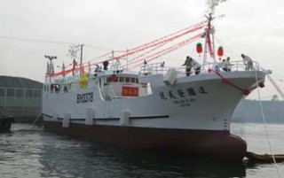 Barco de pesca de atum de linha longa