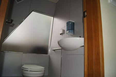 Banheiro de navio de passageiros da balsa 99GT