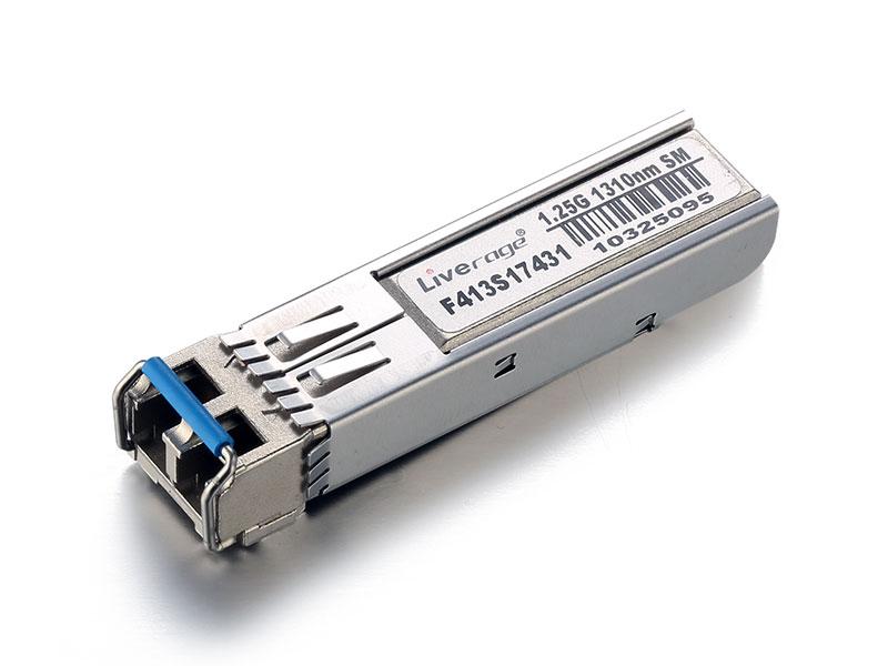 SFP to kompaktowy, podłączany podczas pracy, optyczny nadajnik-odbiornik używany zarówno do zastosowań telekomunikacyjnych, jak i danych.