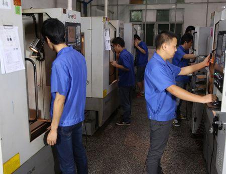 Metallprodukter måste graveras av CNC-maskiner.