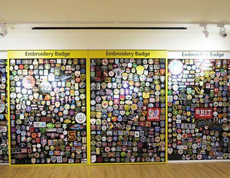 刺繡バッジの壁。