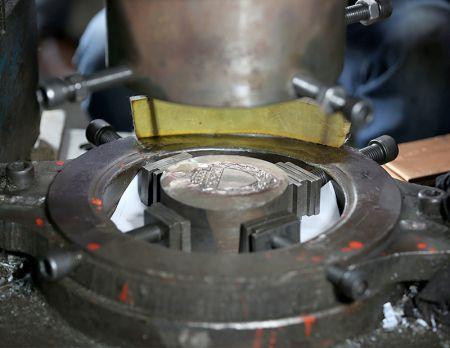 Motivstämpling för anpassad metallmärke.