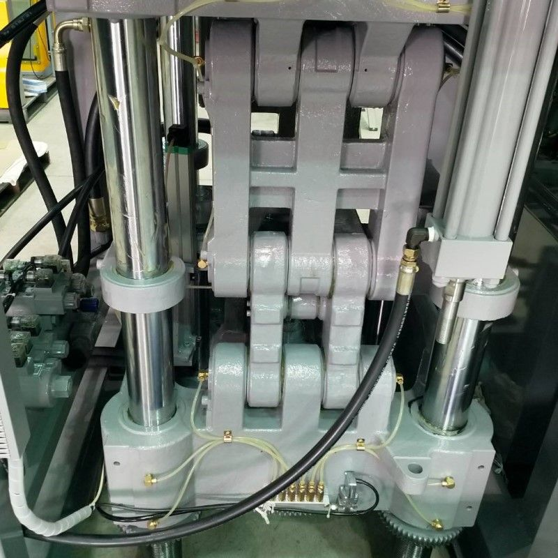 The toggle injection molding machine can provide better safety for the mold.