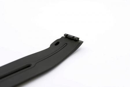 矽膠結合塑膠扣局部特寫。