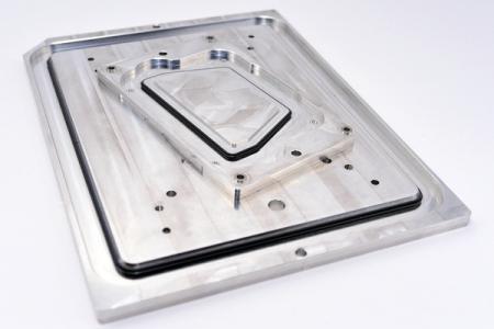 Joint en silicone combiné avec un matériau différentiel - Le couvercle arrière est composé d'un joint en silicone et d'une plaque en alliage d'aluminium.