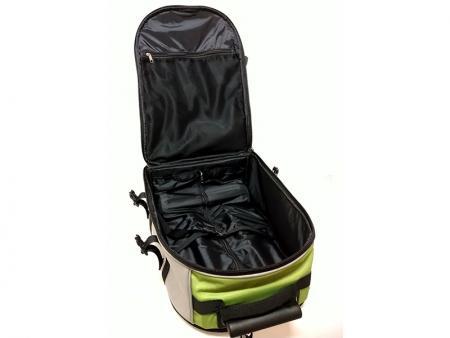 Dentro del compartimento principal de la mochila principal.