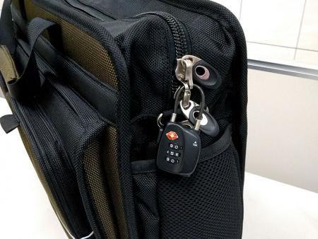 ثقوب في سحابات المقصورة الرئيسية حتى يمر قفل معتمد من إدارة أمن النقل (TSA).
