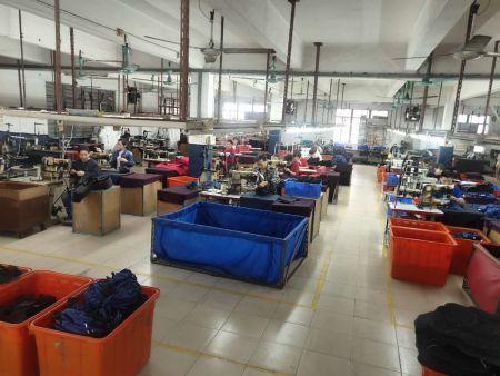 針車部門:在此將各片布料車縫組合成為成品