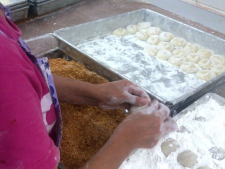 Dusting a large amount of rice flour is required to prevent sticking and deforming.