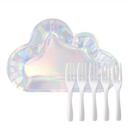 इंद्रधनुषी बादल मिठाई की थाली और कांटा - चमकदार बादल के आकार की प्लेट पर कुछ मिठाई डालें, जिससे मिठाई पार्टी की मेज पर एक उज्ज्वल स्थान बन जाए।