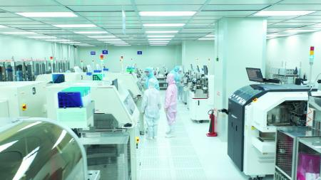 The 1k grade clean room is equipped with a diamond saw, which is used for cutting silicon carbide wafers.