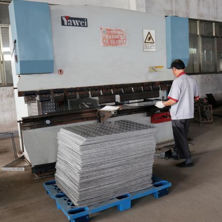 沖壓機專門產出推車平板或工具箱用的鐵板。