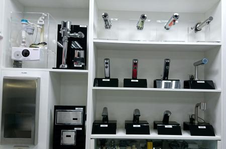 Hokwang Автосмеситель и автоматический промывочный клапан для выставочного зала