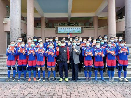 JiuTian 재단의 Brown Lee (李榮良) 회장과 Dongshan High School의 Guo Hongyao (郭鴻耀) 소장은 Dongshan Women 's Softball Team이 미래를 위해 열심히 뛰도록 독려했습니다.