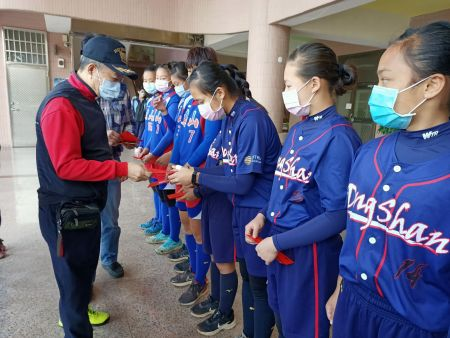 JiuTian Foundation의 Brown Lee 회장은 장학금과 장학금을 수여하기 위해 학교를 직접 방문했으며 소녀들이 용감하게 꿈을 추구하고 꿈을 실현할 수 있도록 진심으로 격려했습니다.
