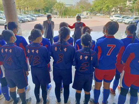 더 큰 타이 중 지역의 스포츠와 공공 복지에 긍정적 인 에너지를 주입한다는 개념을 고수하고 동산 고등학교 여자 소프트볼 팀의 훈련 및 경쟁 활동을위한 기금과 칭한 장학금을 기부했습니다.