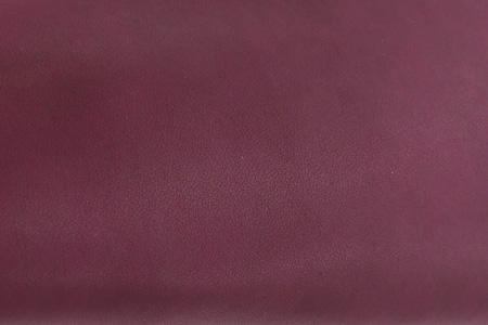 材料编号:PLW146TH873/厚度:1.4~1.6mm/防水:有/颜色:梅紫色(Pantone 19-1608TPX)。PU的纹路编号TH-873,表面具有绒面短毛感,搭配鞋型设计,多用于鞋面。