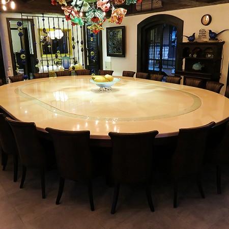 खाने की मेज के लिए कन्वेयर बेल्ट - होटल में कन्वेयर बेल्ट डाइनिंग टेबल।