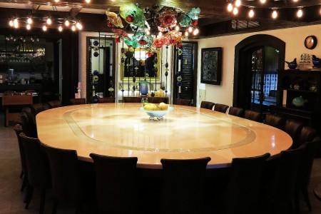 Masă de luat masa cu bandă transportoare