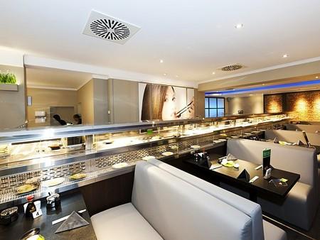 德國高級日本餐廳搭配冷熱雙層月牙鏈條迴轉台呈現現代風