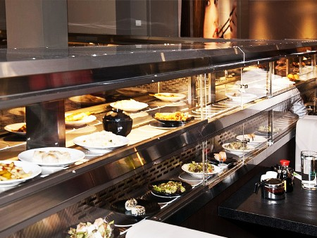 德國高級餐廳冷熱雙層月牙鏈條迴轉台載運食物情形