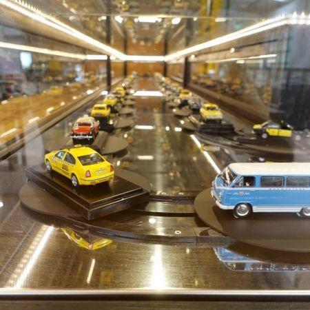 O transportador de exibição de disco usa em museu de táxi