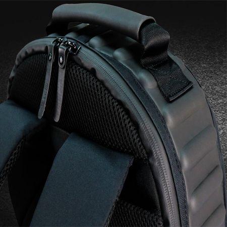 EVA stlačená pěnová vložka na horní straně pro odolnost proti nárazu. Anti-zloděj designový zip hlavní komory je skrytý v zadní části této tašky.