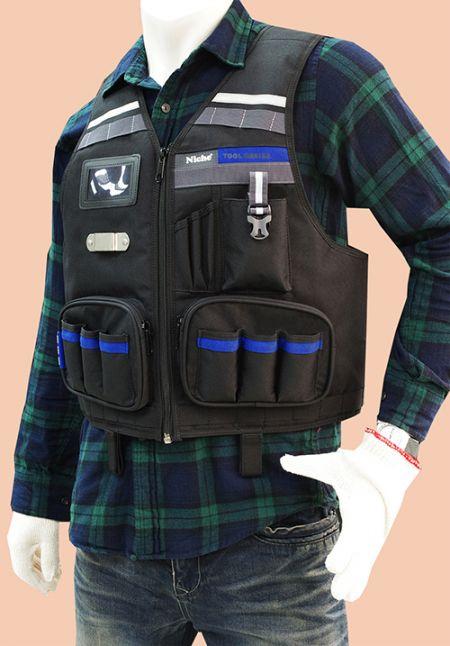 Přední část vesty na nářadí s více kapsami na nářadí, popruhy Molle, držák na pásku, držák na telefon, dvě velké kapsy na zip.