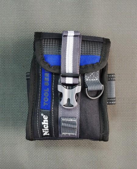Klaplukket værktøjstaske med MOLLE-system, D-ring, sidelomme, flere bæremåder
