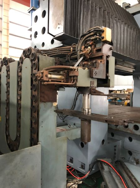JOHNFORD DMC-8500 5 FACE Double Column Machining Center_Tool Change Arm