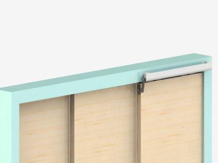 Instalado em porta deslizante de 3 painéis
