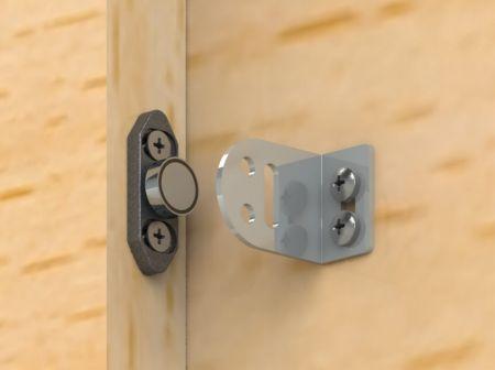 Segure o parafuso magnético aberto na lateral da porta