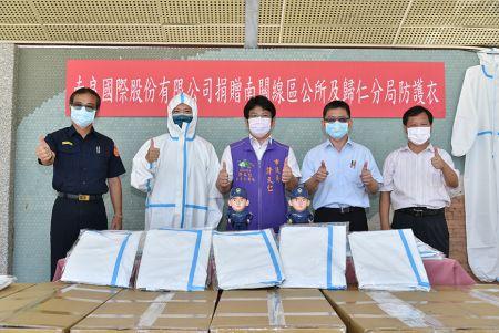 複合在獨特抗菌布上,成功改善目前市售防護衣穿著悶熱不透氣又容易撕裂的缺點。