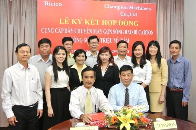 調印式-BicicoCompanyのゼネラルマネージャーであるDangHongHai氏とQuanbingMachinery Co.、Ltd。のZhouQiyuan氏。(ẢnhĐ.Longからの写真)
