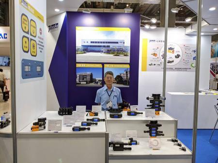 Вице-президент отдела продаж г-н Ли на стенде Seven Ocean Hydraulics.