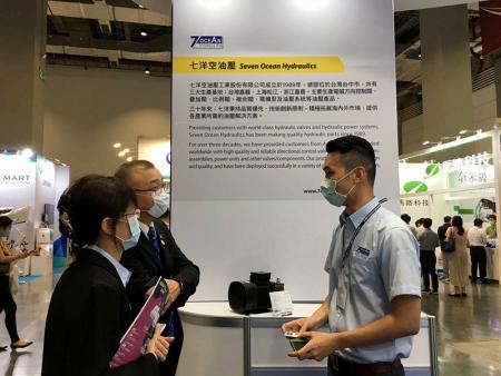Presidente da Taiwan Fluid Power Association, Sr. Lin visita o estande da Seven Ocean Hydraulics.