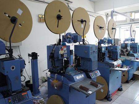 Machine de sertissage de borne automatique
