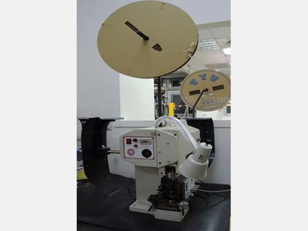 Machine de sertissage semi-automatique