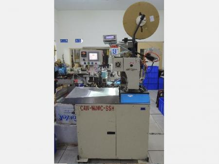 Machine à sertir les bornes automatique