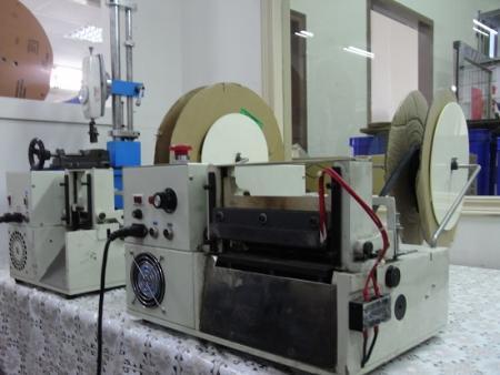 Testeur de tension électrique et machine de découpe de tubes