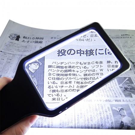 Увеличенная прямоугольная лупа Jumbo с увеличительным ручным увеличительным стеклом с 3-кратным увеличением, регулируемой яркостью и антибликовым светодиодным освещением (обеспечивает более равномерное освещение) и дополнительной салфеткой для очистки.