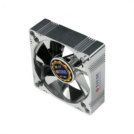 Con un ventilador de enfriamiento con marco de aluminio de 80 mm, es más robusto y un disipador térmico excelente que otros.