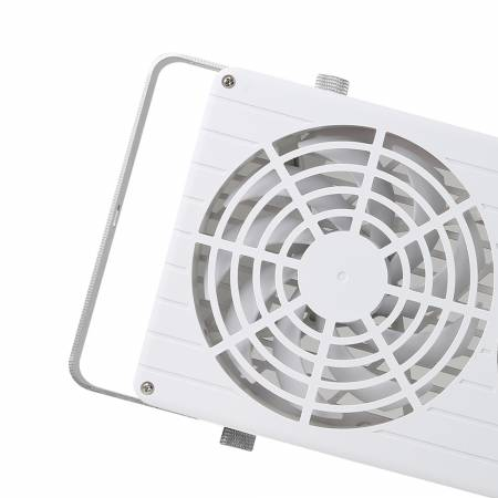Ausgestattet mit einem starken Luftstrom von 280 CFM durch zwei 140-mm-Lüfter kann es schnell heiße Luft herausdrücken, um die Belüftung im Inneren zu regulieren und zu verbessern.