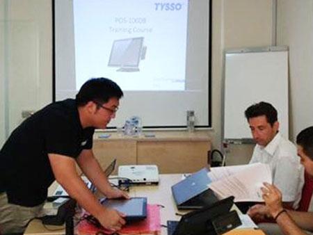 Ingeniøren introduserer vedlikeholdsprosessen til POS-terminalen