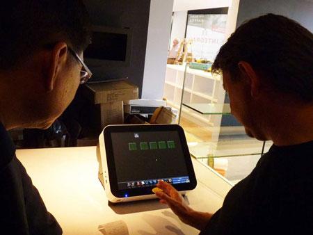 O cliente está operando o terminal POS com impressora de recibos da Fametech (TYSSO)