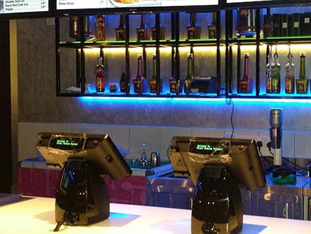 Deux systèmes de point de vente tout-en-un POP-650 sont installés dans la boutique des clients.