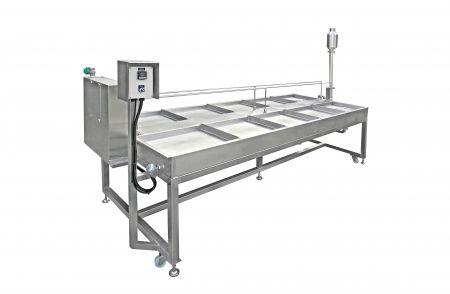 Máquina de fabricación de yuba tipo vapor - La leche de soja se vierte en un tanque y luego se calienta. El tofu shin (yuba) se solidificará con alta temperatura y luego se formó piel de tofu en la interfaz.
