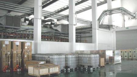 Lantai pabrik dengan film & bahan yang ditebar.