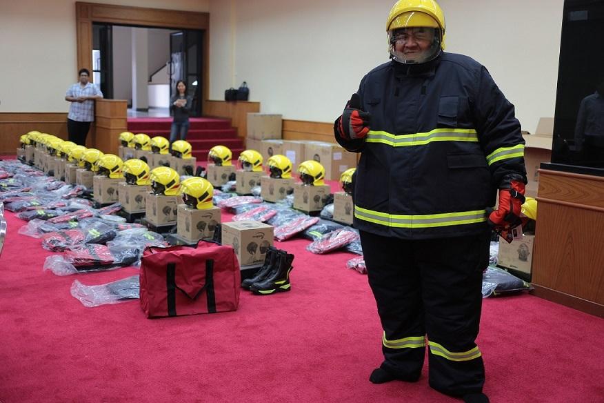 Μεγάλος πυροσβέστης ευχαριστημένος με το κοστούμι πυρόσβεσης KANOX EN469