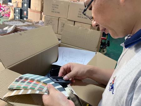 Персонал в Дунгуань Doing инспекции